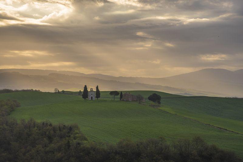 пейзаж, утро, облака, италия, тоскана, долина Утренние лучи над часовней Виталетаphoto preview