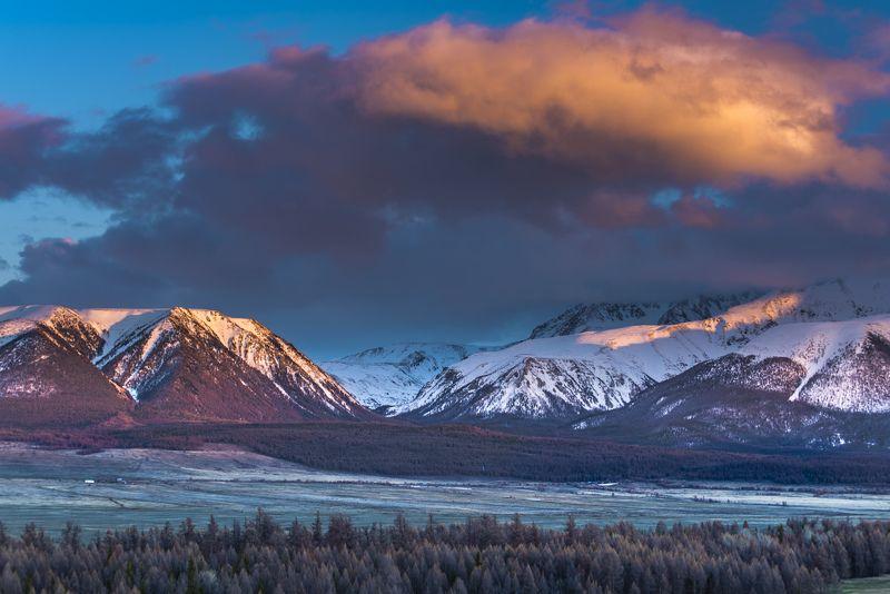 пейзаж, облака, горы, алтай, снег, весна, вечер, закат Ночевала тучка золотаяphoto preview