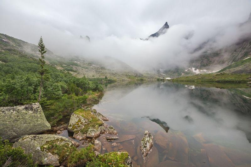 звездный, ергаки, скала, туча, туман, утро, озеро мальчиков, цветные озера Пик Звездныйphoto preview