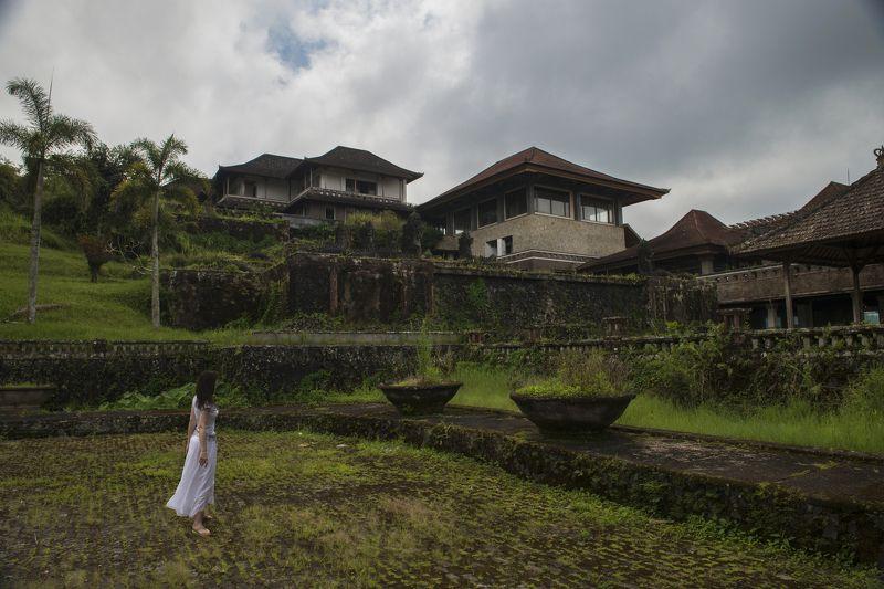 бали, бедугул, деревня, черепица, девушка Заброшенный отельphoto preview