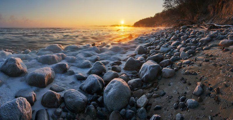 море, балтийское море, зима, лёд, камни, солнце, рассвет Каменистый берег и восходящее солнцеphoto preview