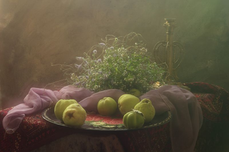 айва, фрукты.сад,вегетарианство, подсвечник, поднос, шарф, интерьер Натюрморт с айвойphoto preview