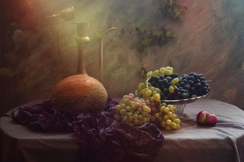 фрукты, виноград, дыня, скатерть, блюдо, кумган, свет, сиреневый, интерьер Натюрморт с виноградом и дынейphoto preview