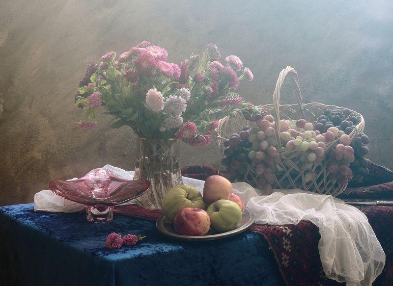 цветы,букет,фрукты,виноград,вазы,ковер,бархат,скатерть Натюрморт с букетом астр и фруктамиphoto preview