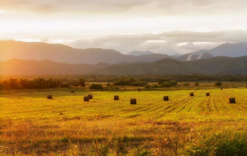 приморье, закат, осень, горы, сено в лучах закатаphoto preview