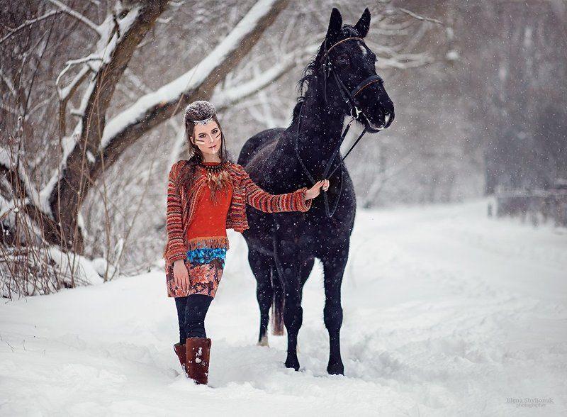 девушка, модель, зима, снег, лошадь, этно, ораньжевый, черная лошадь, вороной, перья, индеец, индианка etnophoto preview