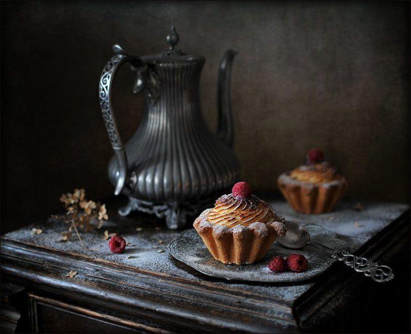 С кофейником и пирожными.photo preview
