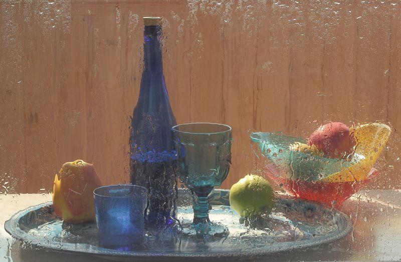 весна,дождь,фрукты,вино,стол, посуда, синее стекло Натюрморт В синих тонахphoto preview
