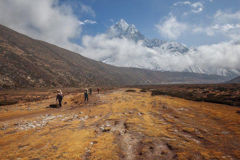 непал,гималаи, эверест,горы,небо,облака Прикоснуться к небуphoto preview