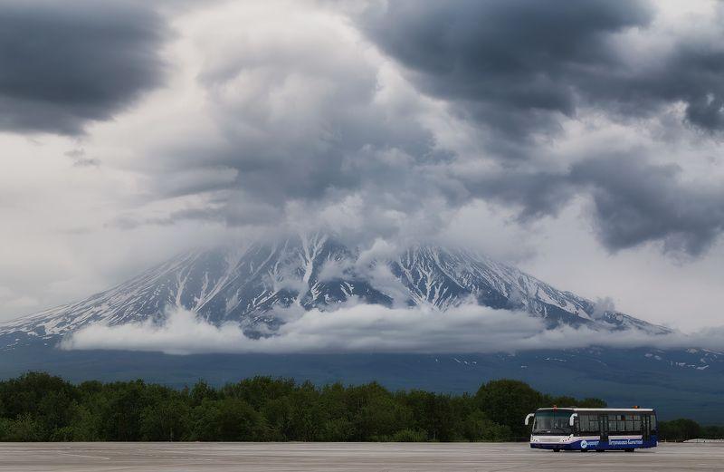 камчатка, аэропорт елизово, автобус, взлётная полоса, вулкан корякский, облака автобусphoto preview