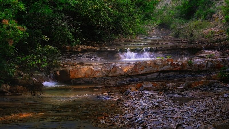 речка скалы лес горы лето природа камни ***photo preview