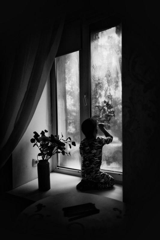детская фотография, черно-белая Рисунок на окнеphoto preview