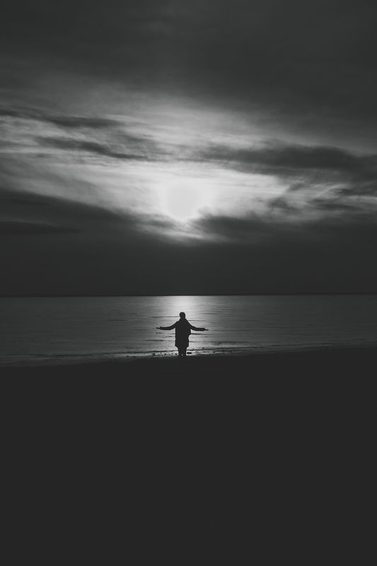 закат храм человек латвия  уходящееphoto preview