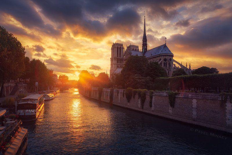 Нотр-Дам де Пари на закатеphoto preview