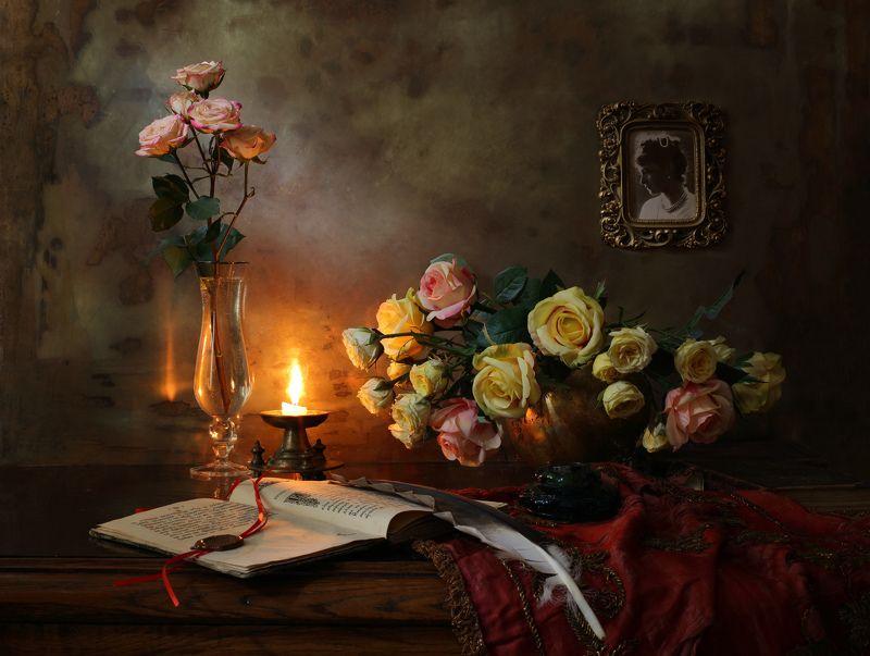 книга свет цветы розы желтый свеча красный Натюрморт с раскрытой книгойphoto preview