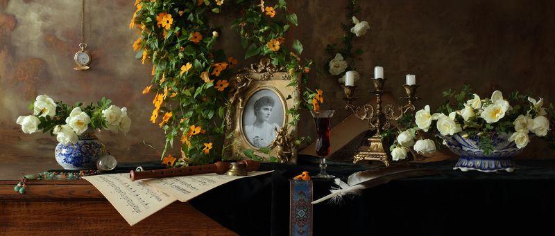 музыка, свечи, цветы, свет, девушка, портрет, искусство Натюрморт с портретом и цветамиphoto preview