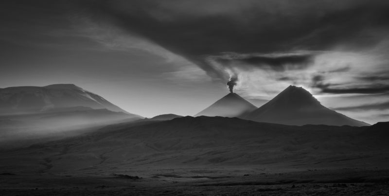 камчатка рассвет вулкан чб лучи земля дикаяприрода природа Первый рассвет страны. Камчаткаphoto preview