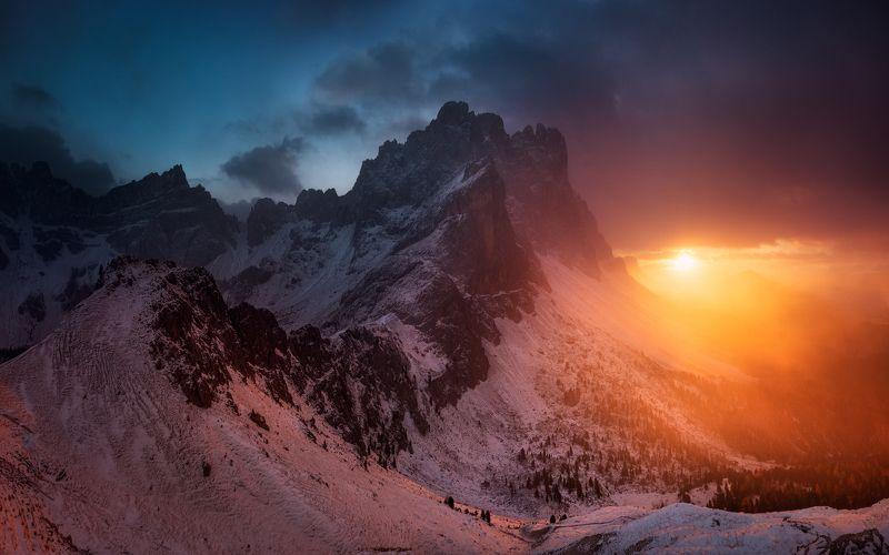 италия, закат, горы, альпы, доломиты. солнце, облака, снег, дымка Спящий дракон и уходящее солнцеphoto preview