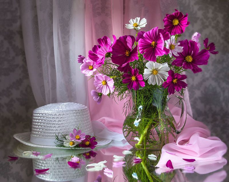 красивый натюрморт с космеями,цветы,букет,шляпа,художественное фото,искусство,творчество. Романтичный натюрморт.photo preview
