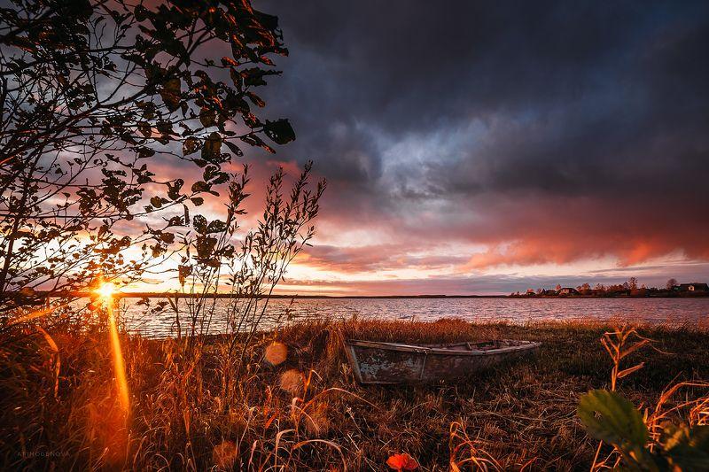 осень, солнце, закат, небо, берег, лодка, облака, краски, вода Золото закатаphoto preview