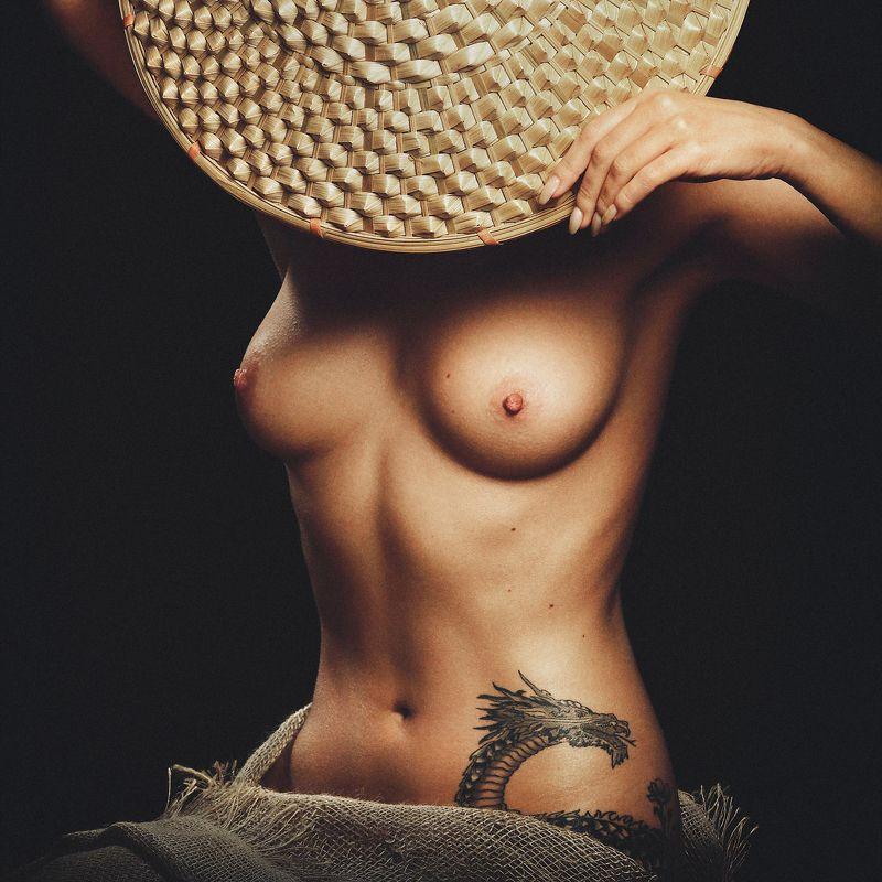 Девушка с татуировкой драконаphoto preview
