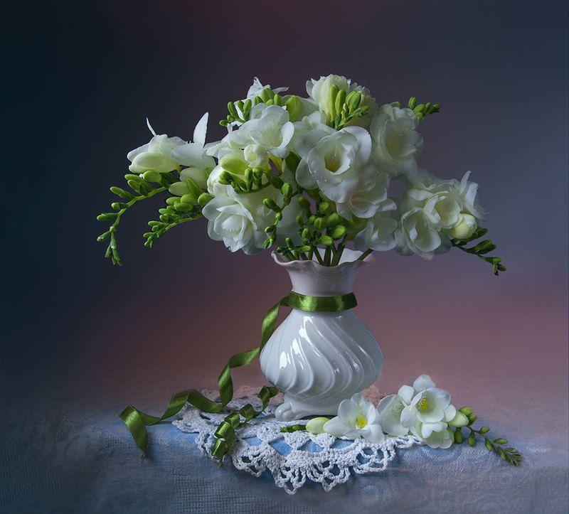 красивый натюрморт с фрезиями,цветы,букет,художественное фото,искусство,творчество. Букетик белых фрезий.photo preview