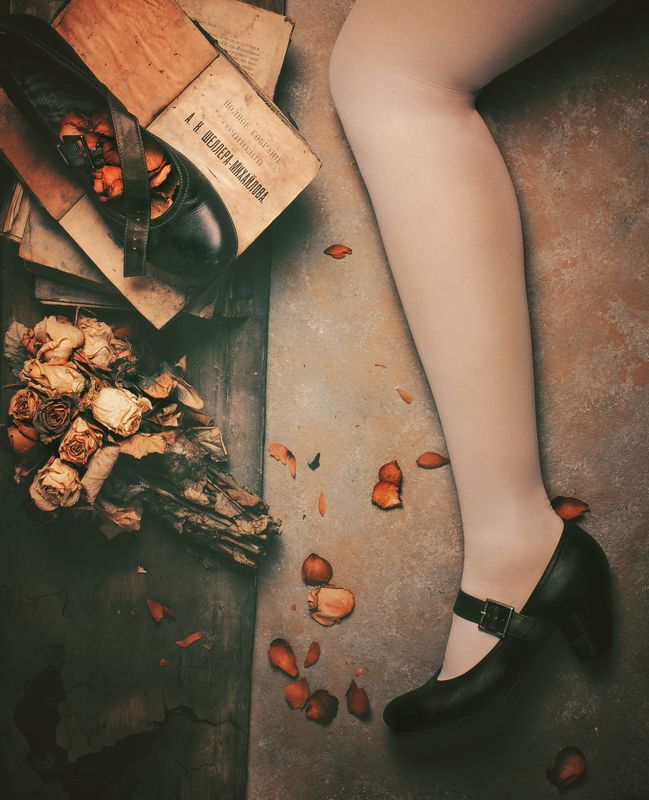 книги, нога, часть тела, цветы, засушенный, лепестки, туфли, натюрморт, вид сверху The causephoto preview