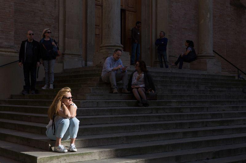 девушка, ступени, церковь, утро, свет, тень, люди, ситуация, прогулка, болонья, италия, антон селезнев На ступеняхphoto preview