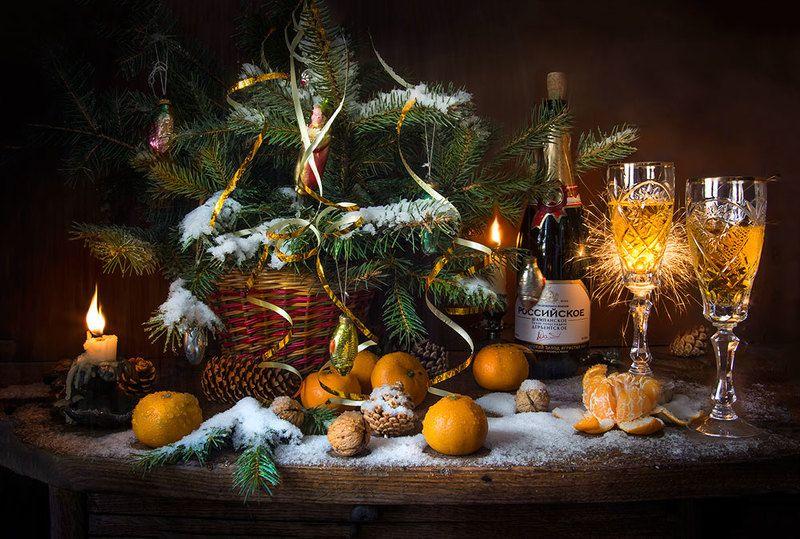 красивый новогодний натюрморт,мандарины,шампанское,бенгальские огни,орехи,ёлка,игрушки,художественное фото,искусство,творчество,людмила костюченко. С наступающим!photo preview