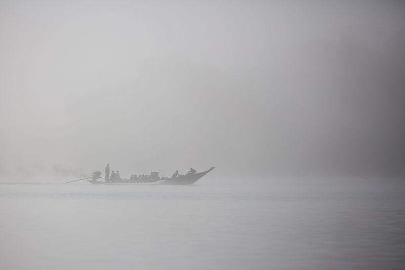 таиланд, озеро, чео лан, лодка Сквозь утренний туманphoto preview