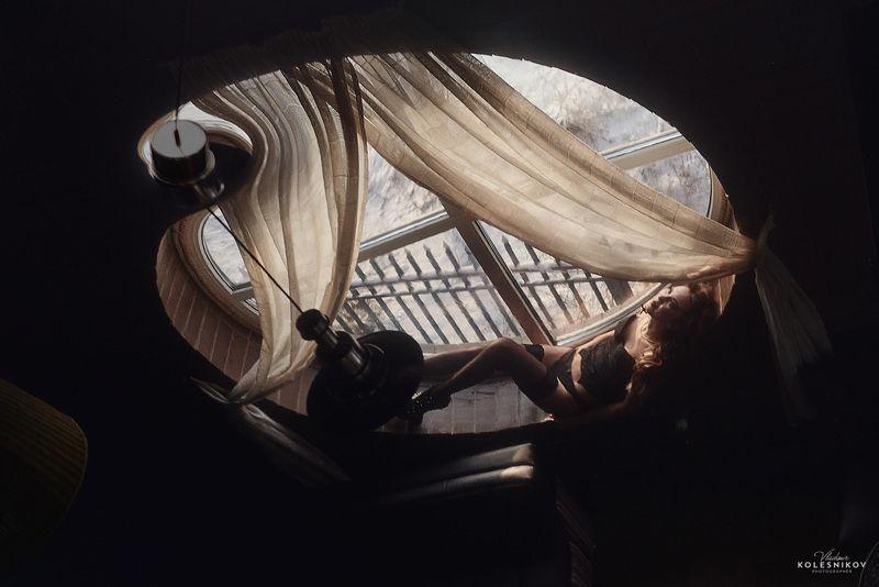 Девушка, Окно, круглое, Отражение На отражении судьбыphoto preview