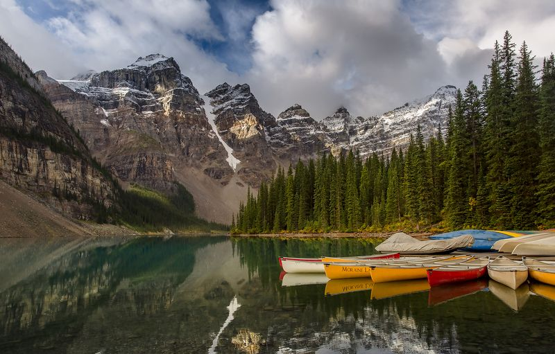 moraine lake canoes Причал на Морейнеphoto preview