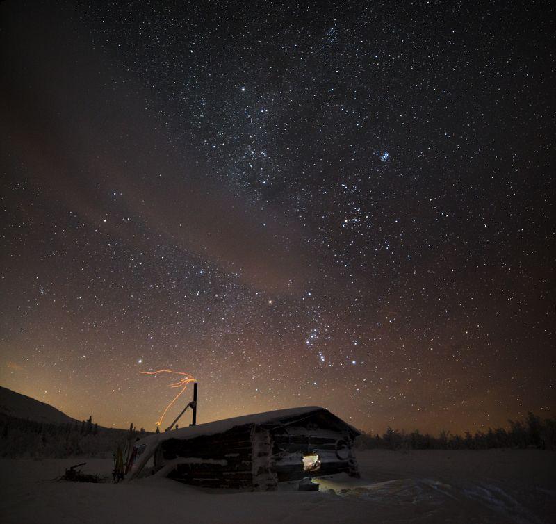 зима, горы, урал, снег, звезды, млечный путь, орион, избушка, окно, свет, восход, луна, облака, романтика, антон селезнев Перед восходом Луныphoto preview