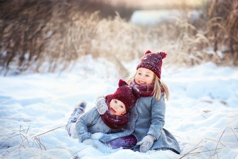 сестры, семья, дети, детство, девочки, улыбка, зима, снег, сугроб, деревня Сестренкиphoto preview