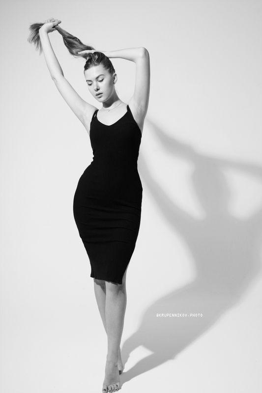 девушка, черное платье, силуэт, белый фон, студия, тень, циклорама, фигура Евгенияphoto preview