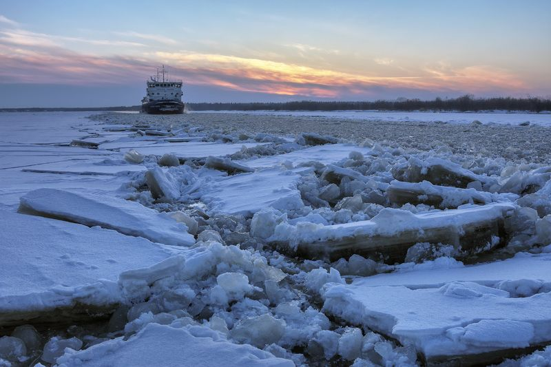 закат зима река северная_двина лед снег навигация теплоход На реке навигацияphoto preview