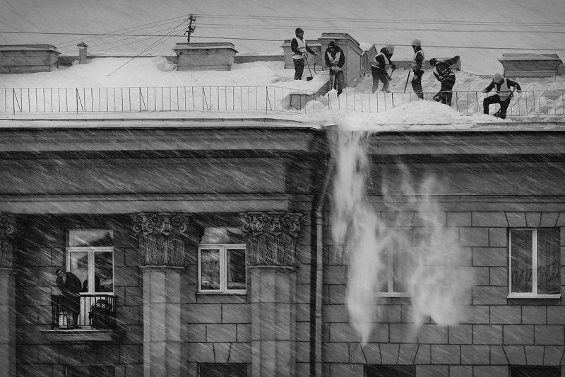 крыша, снег, уборка, снег, метель, работа, опасность, риск, мужики, балкон, питер Отчаянные парниphoto preview