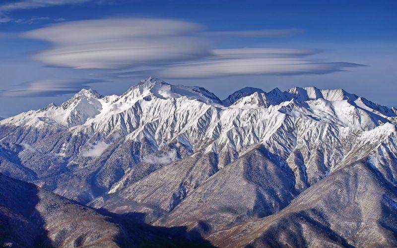 горы линзовые облака. Вершинаphoto preview