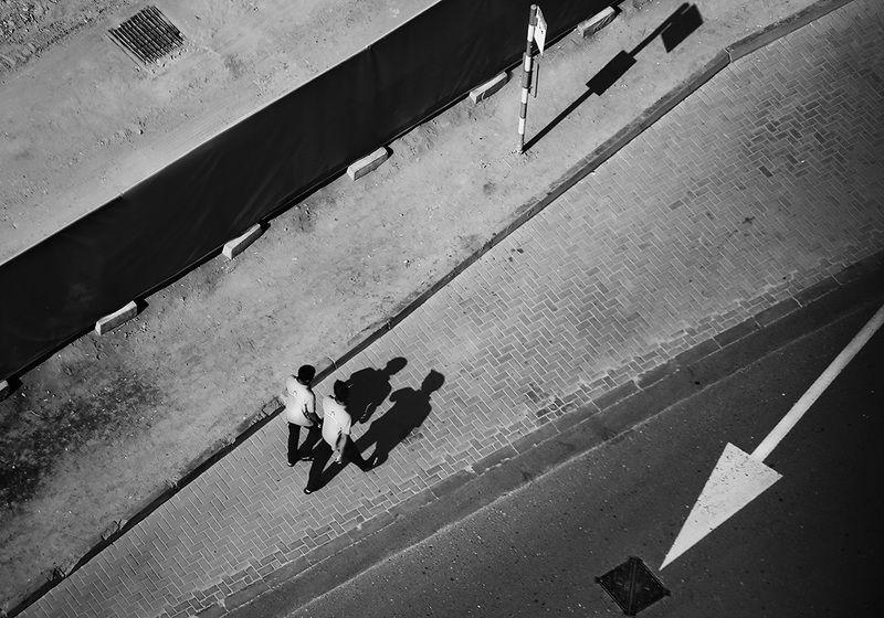 стрелка, дорога, направление, диагональ, тень, пешеходы, тротуар, ритм Поймать Покемонаphoto preview