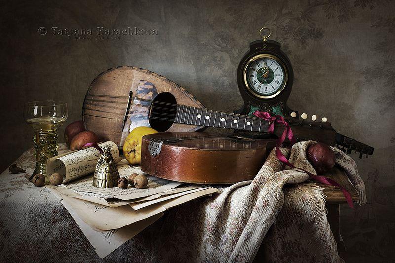 мандолина, свеча, подсвечник, риман, часы, скатерть, графин, ноты цветы, яблоки, венецианская маска, колокольчик, книги Вариации на мандолиновую темуphoto preview