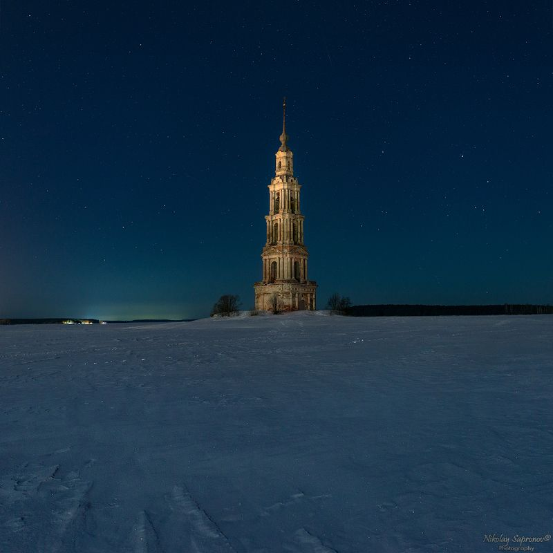 калязин, колокольня, никольская колокольня, волга, затопленные святыни, ночной пейзаж, символы россии, звезды, метеоры, зима, русская зима, золотое кольцо \