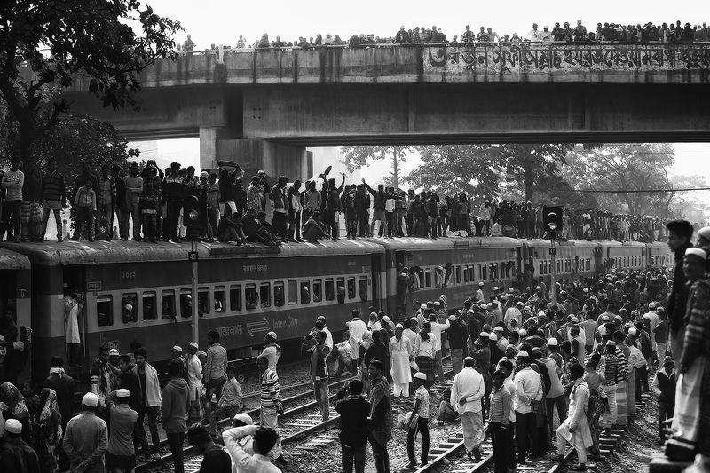 бангладеш, дака, движение, дорога, крыша, мусульмане, вокзал, толпа, поезд, прибытие, мост, праздник, народ Яблоку упасть негдеphoto preview