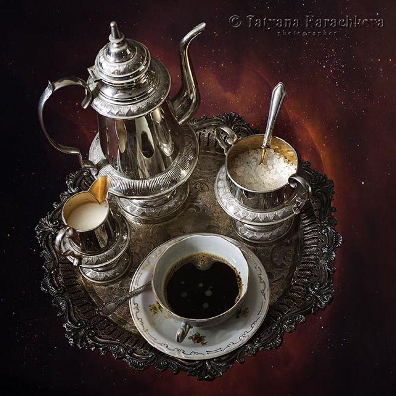 кофе, натюрморт, кофейник, апельсины, печенье, маршмеллоу, молочник, сахарница, поднос, яблоки, красная скатерть, кекс Кофейный гламурphoto preview