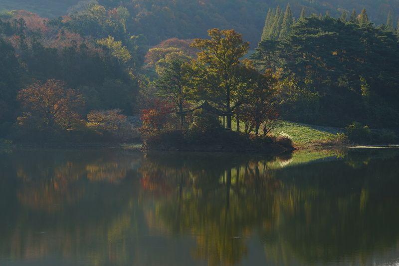 korea,chuncheongnamdo,autumn,morning,reservoir,mountain,backlight,reflection,house Morning lightphoto preview