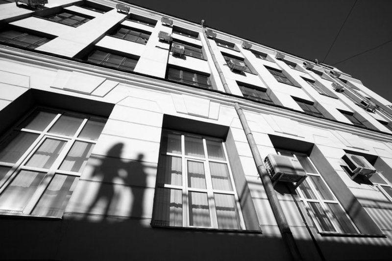 свидание, парень, девушка, город, тени, окна, вечер Свидание.photo preview