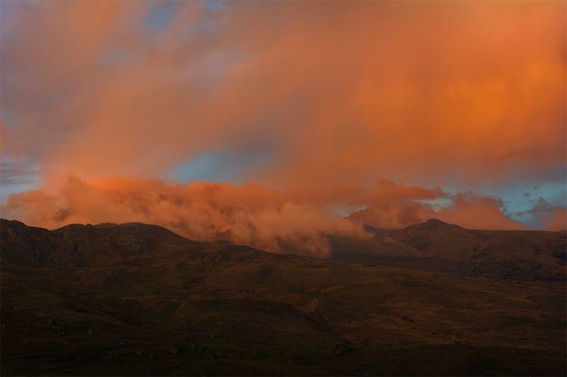 природа, пейзаж, кавказ, горы, весна, вечер, панорама, закат, солнце, небо, облака, свет Полыхнулоphoto preview