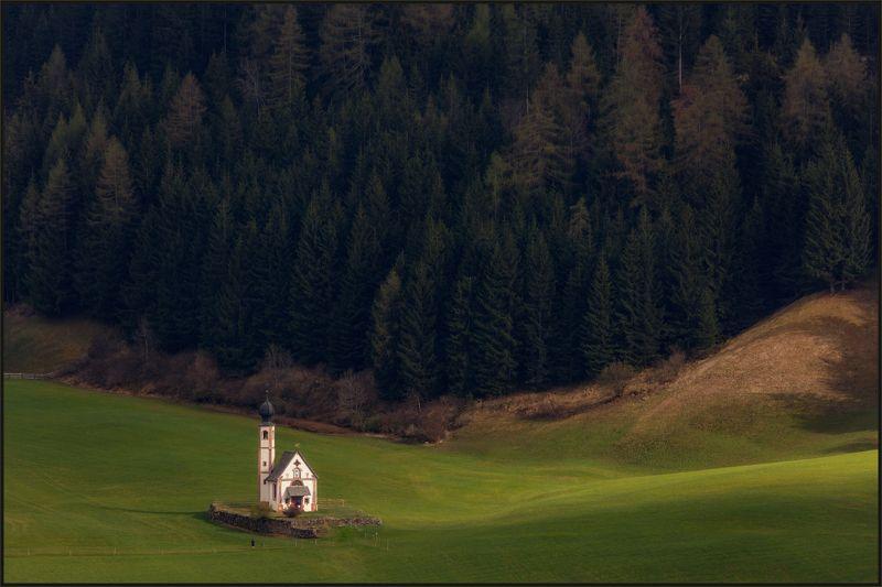 доломиты,val di funes, италия, пейзаж, церковь san giovanni, ranui. На поляне у опушки...photo preview