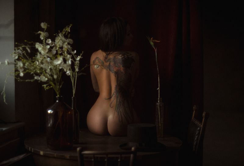 девушка,жанр,портрет,фотография,модель,арт,portrait,photography, middle,nature,soul,свет,girl,canon 85 mm, woman,monochome,ню,гламур Girl with a tattoo on her backphoto preview