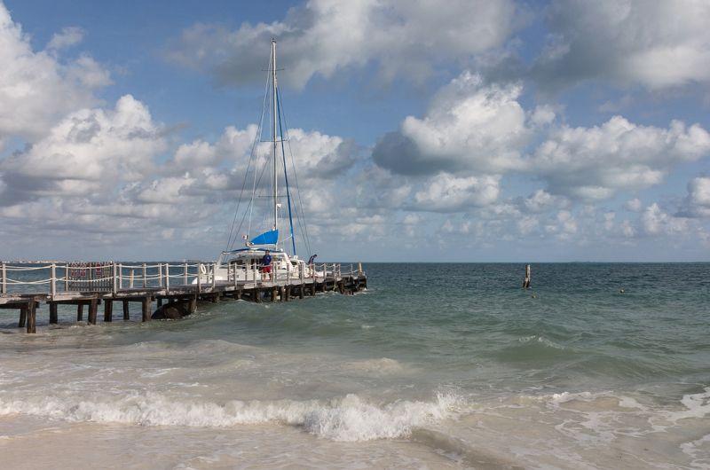 Море Карибы причал яхта облака Мексика У причалаphoto preview