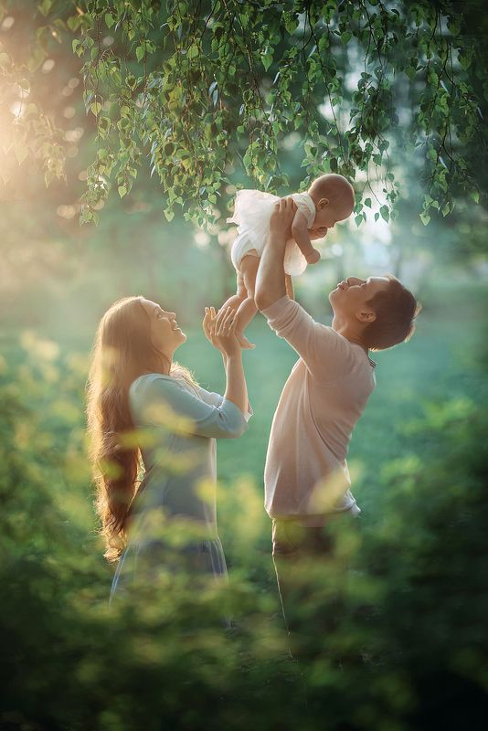 любовь счастье семья лето солнце мама папа малыш ребенок дочь photo preview